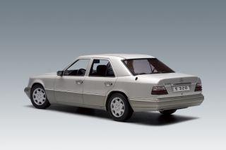 18 AUTOart Mercedes Benz E329 Limosine 1995 Silver Body Black